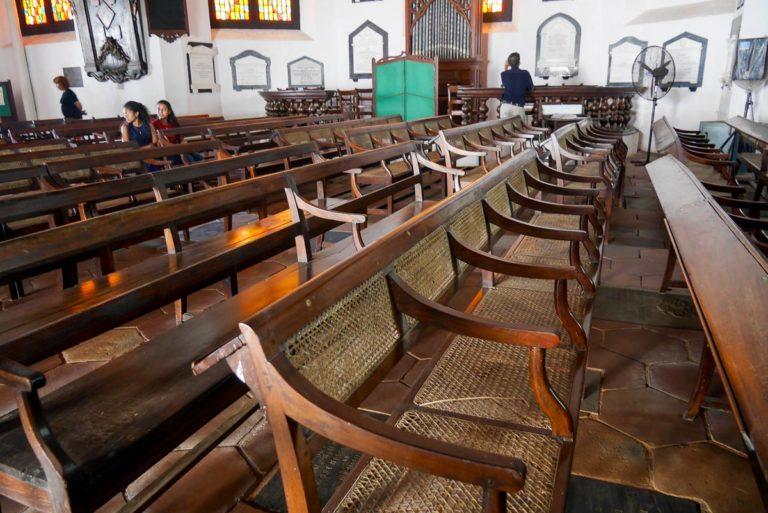 Ławki kościelne i kafle w kształcie plastra miodu