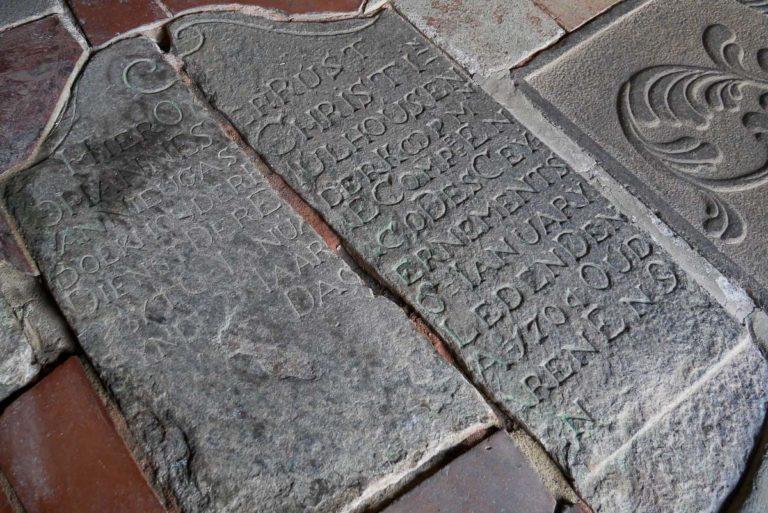 Płyta nagrobna na kościelnej podłodze