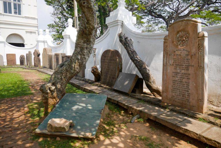 Ogród kościelny z nagrobnymi płytami
