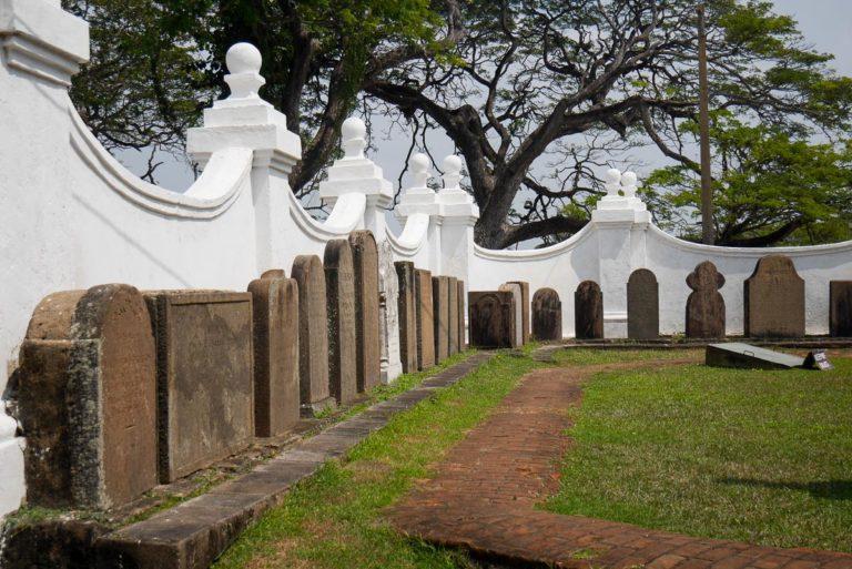 Płyty nagrobne pod kościelnym murem