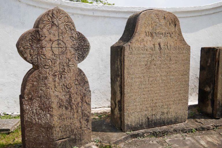 Płyty nagrobne przed kościołem