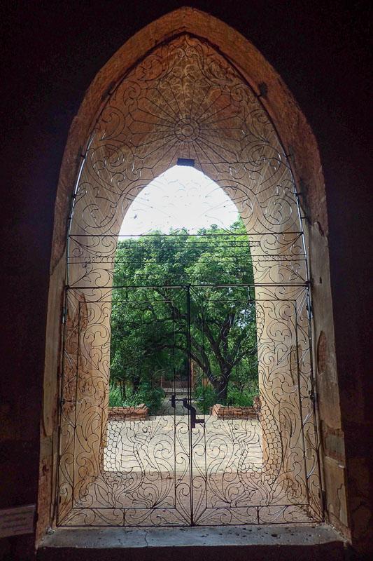 Boczne wejście do świątyni