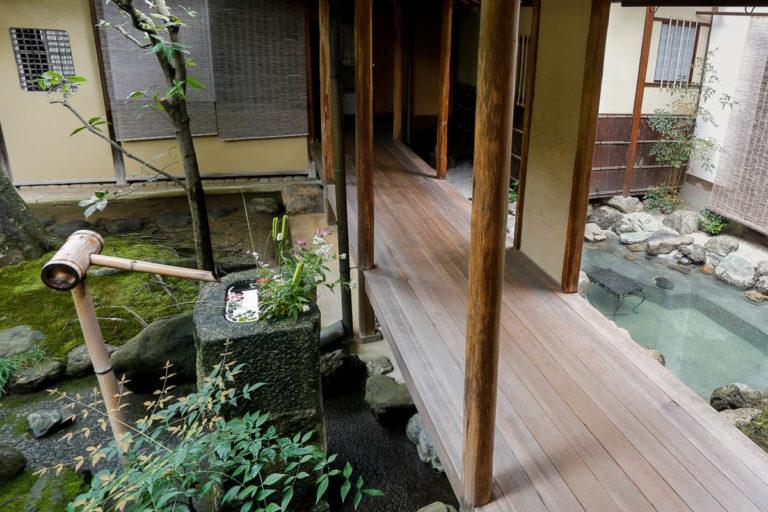Prywatny dom w Kioto, w którego ogrodzie znajduje się kamienna misa chozubachi