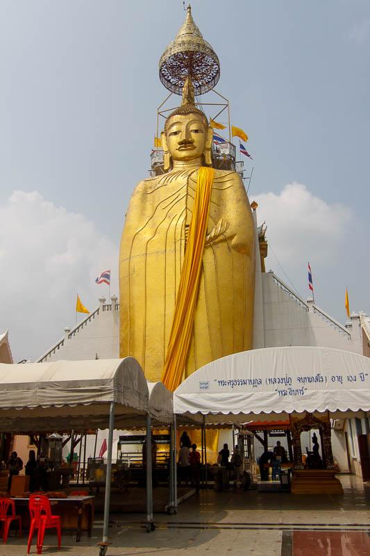 Ogromny Budda w świątyni Wat Intharawihan w Bangkoku
