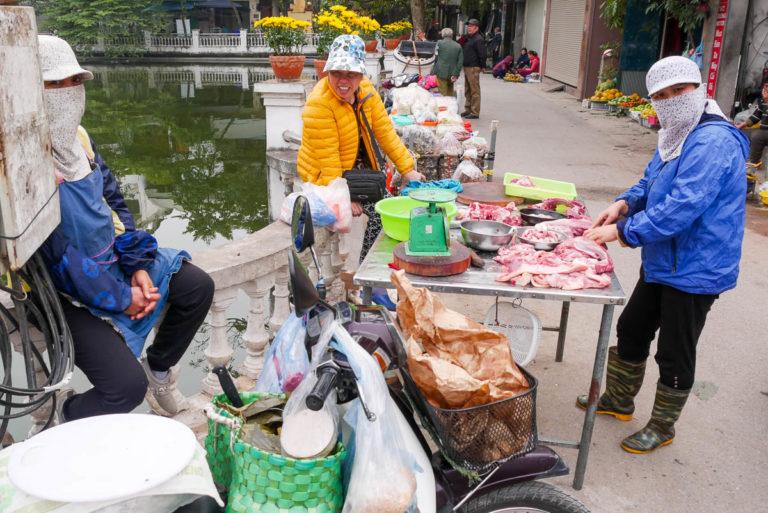 Prowizoryczne stragany przy jeziorze Huu Tie