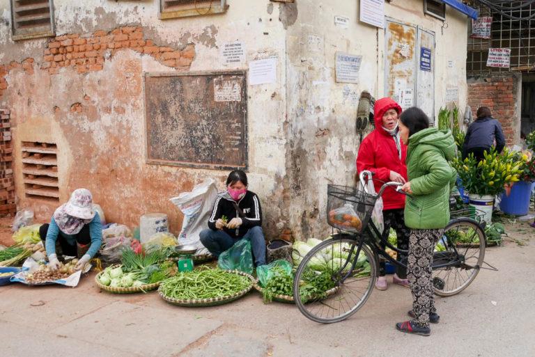 Sprzedawcy wokół jeziora Huu Tie