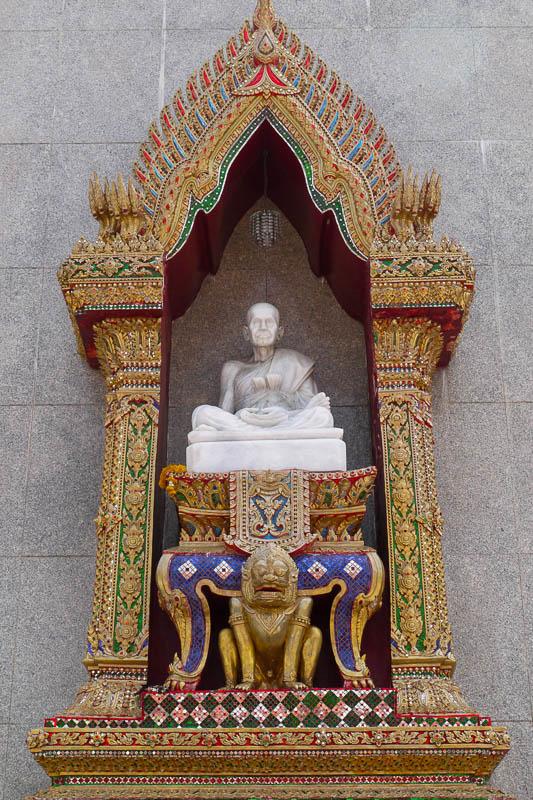Rzeźba Somdej Toha na świątyni Wat Intharawihan