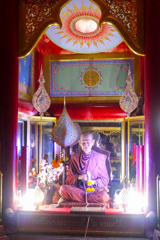 Somdej Toh z wosku w świątyni Wat Intharawihan