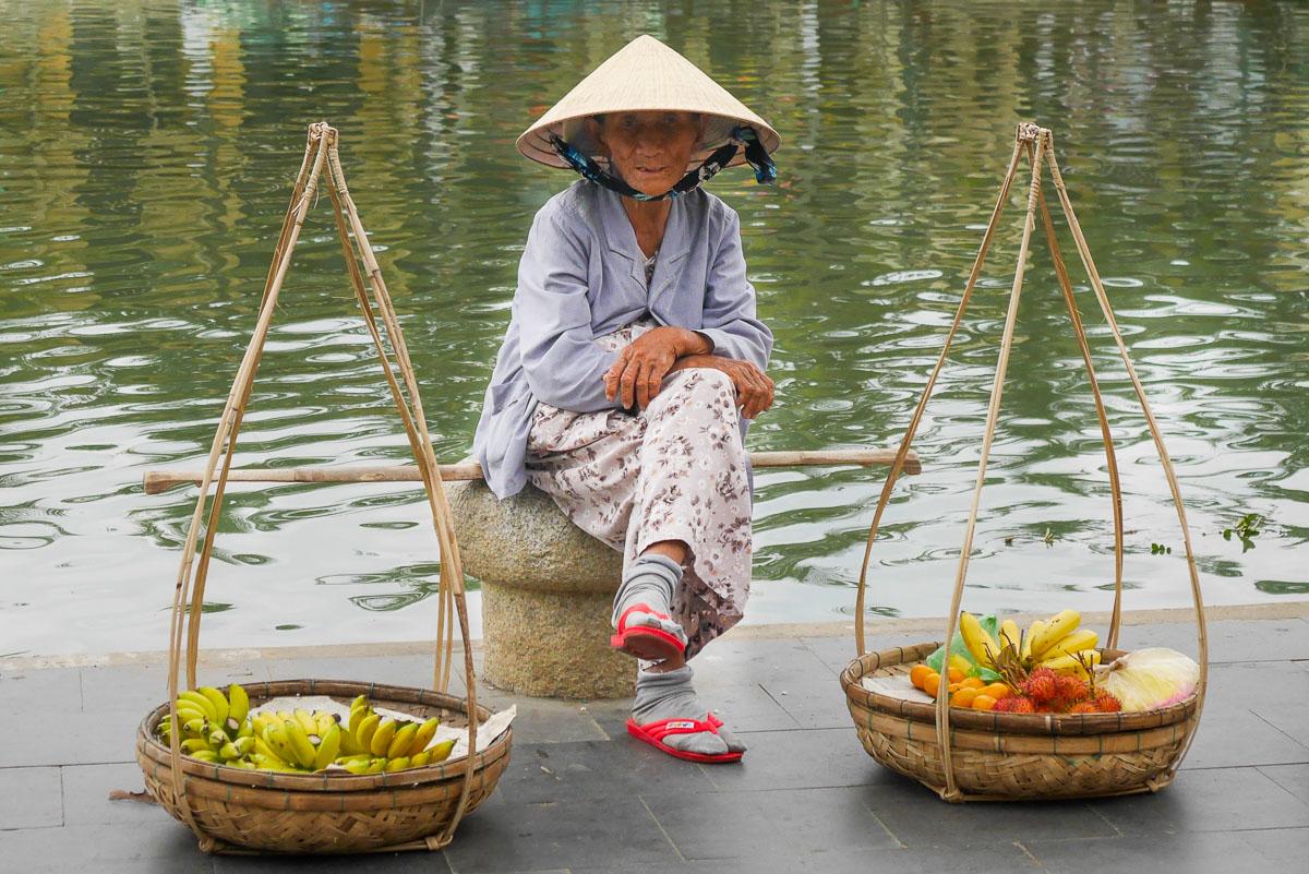 Sprzedawca owoców w Hoi An