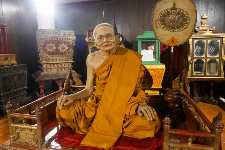 Woskowy mnich w świątyni Wat Chedi Luang