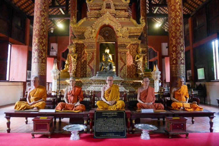 Mnisi z wosku w Wat Phra Singh