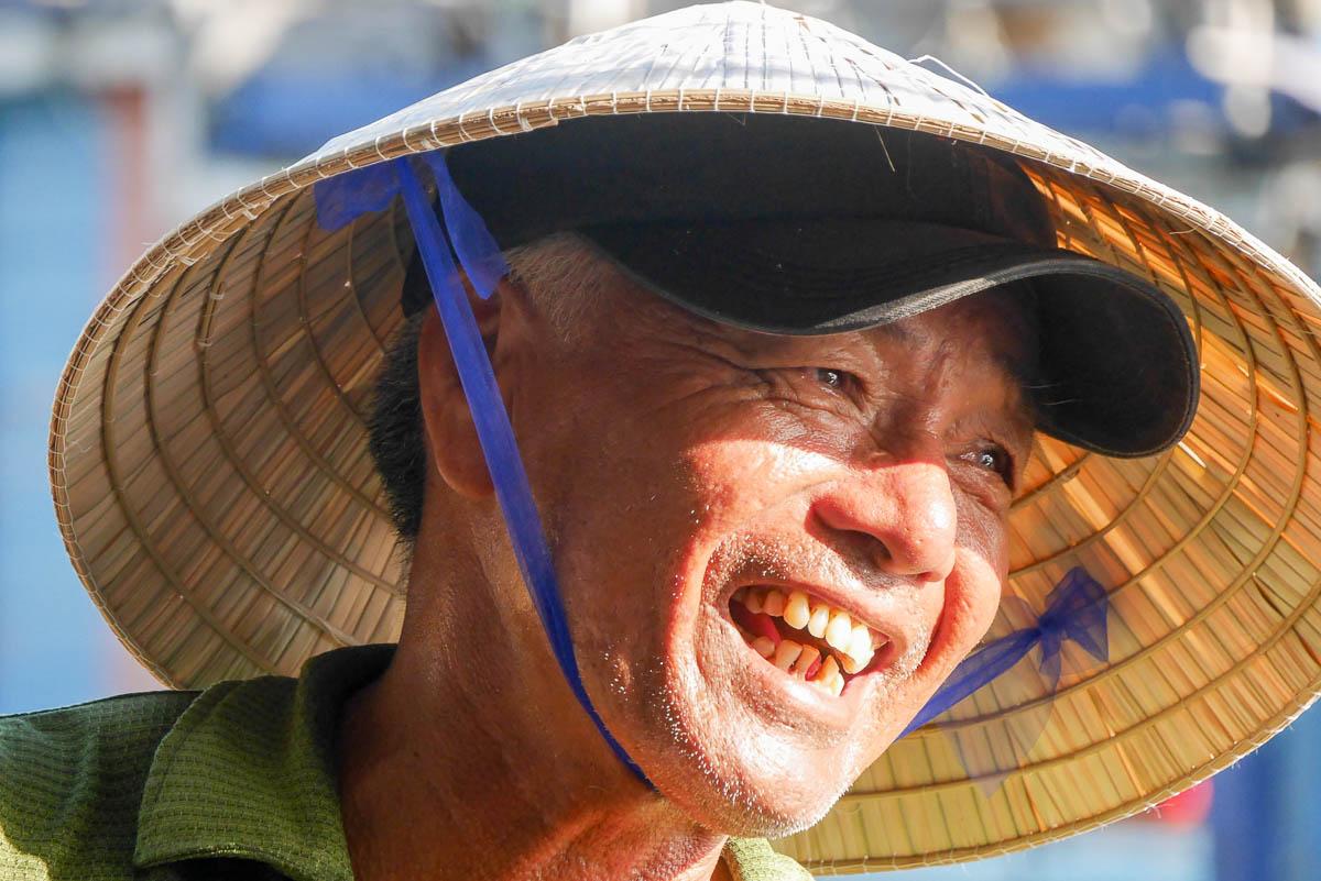 Mężczyzna w wietnamskim kapeluszu
