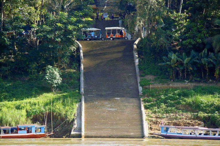 Historyczne schody do Wat Xieng Thong