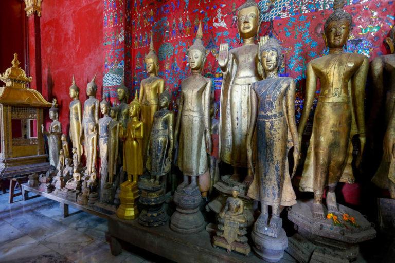 XIX-wieczne rzeźby Buddy w budynku z pogrzebowym rydwanem