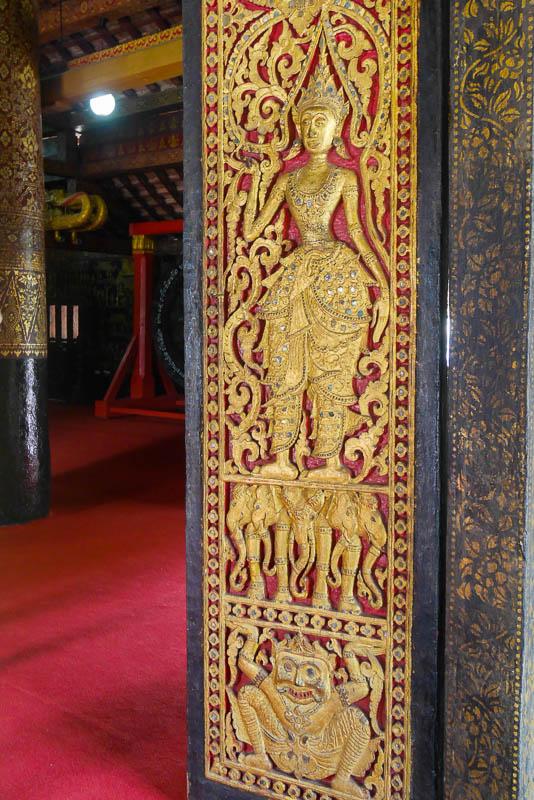 Pięknie rzeźbione drzwi wejściowe do Sim