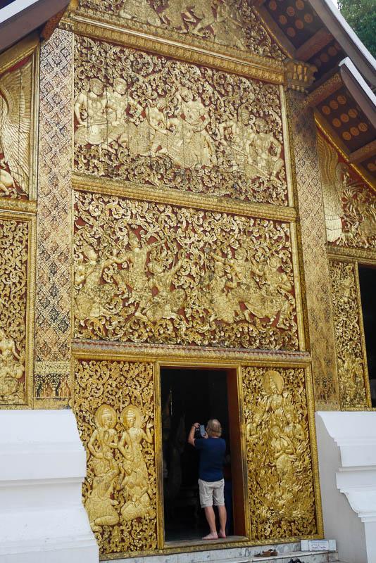 Złocony panel przedstawiający Phra Lak Phra Lam - wejście do Sali Królewskiego Rydwanu Pogrzebowego