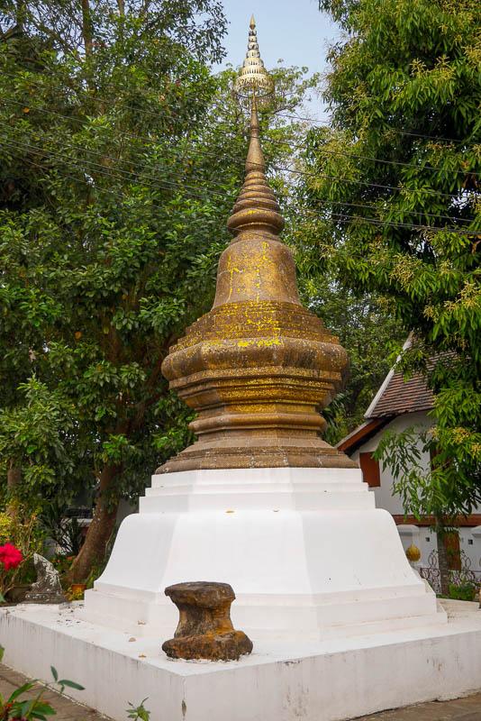Jedna z kilku stup w Wat Xieng Thoung