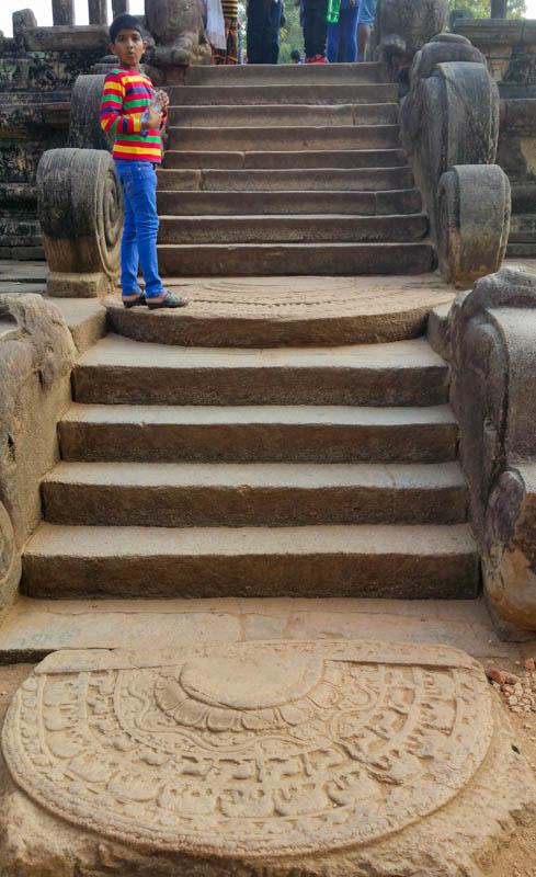 Dwa kamienie księżycowe przed pozostałościami Izby Rady w Polonnaruwa