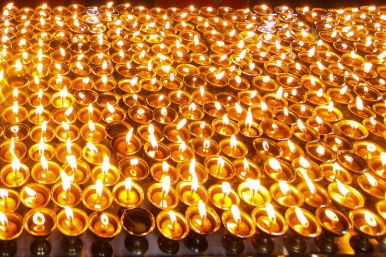 Lampki maślane w Swayambhunath w Delhi - Indie