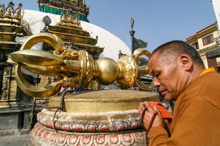 Modlitwa mnicha przed dorje - buddyjski symbol niezniszczalności