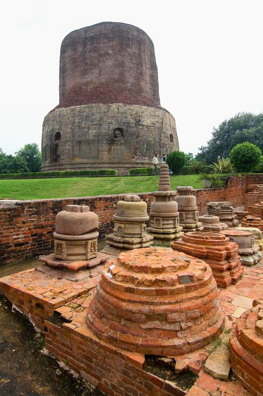 Stupy Dhamek w Sarnath w Indiach