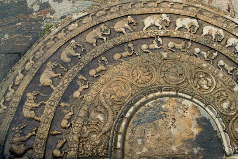 Kamień księżycowy w Vatadage w Polonnaruwa