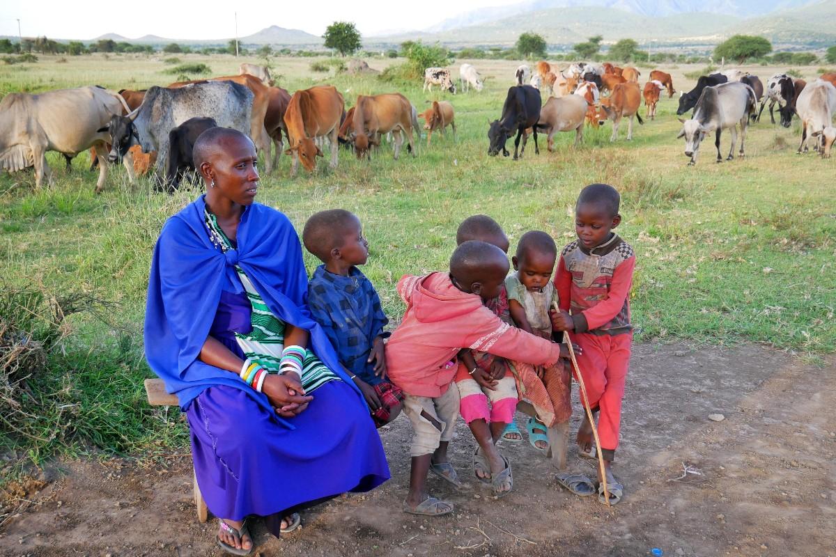Nauczyciel z dziećmi w 33-osobowej wiosce Masajów