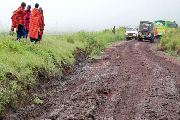 Błotnista droga po opadach deszczu