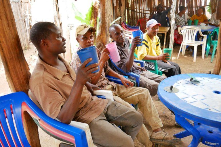 Knajpa, gdzie miejscowi piją piwo z bananów. Mto wa Mbu