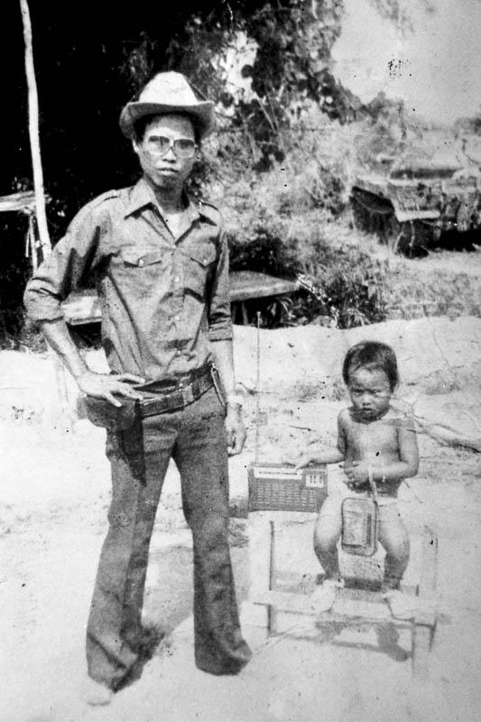 Mała Srey Thy ze swoim ojcem - czołgistą (fot. archiwum prywatne Julien Poulson)