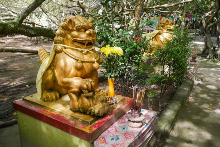 Lwy-strażnicy przy świątyni