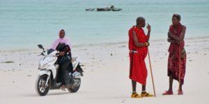 Masajowie na plaży w Zanzibarze