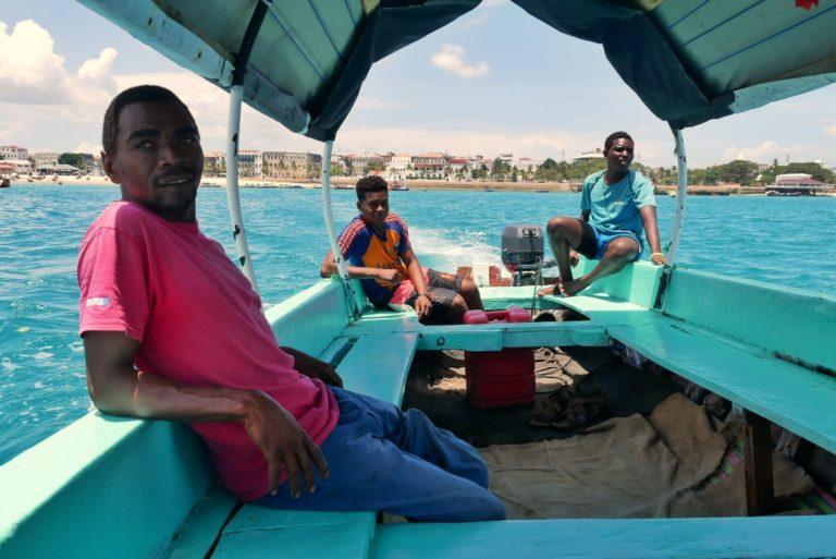 Szybka łódź między wyspami