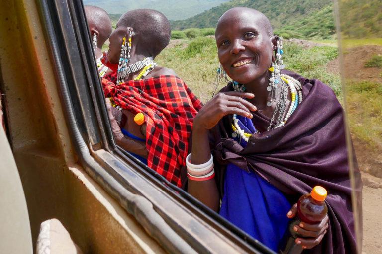 Masajki zatrzymują auta z turystami w Strefie Ngorongoro