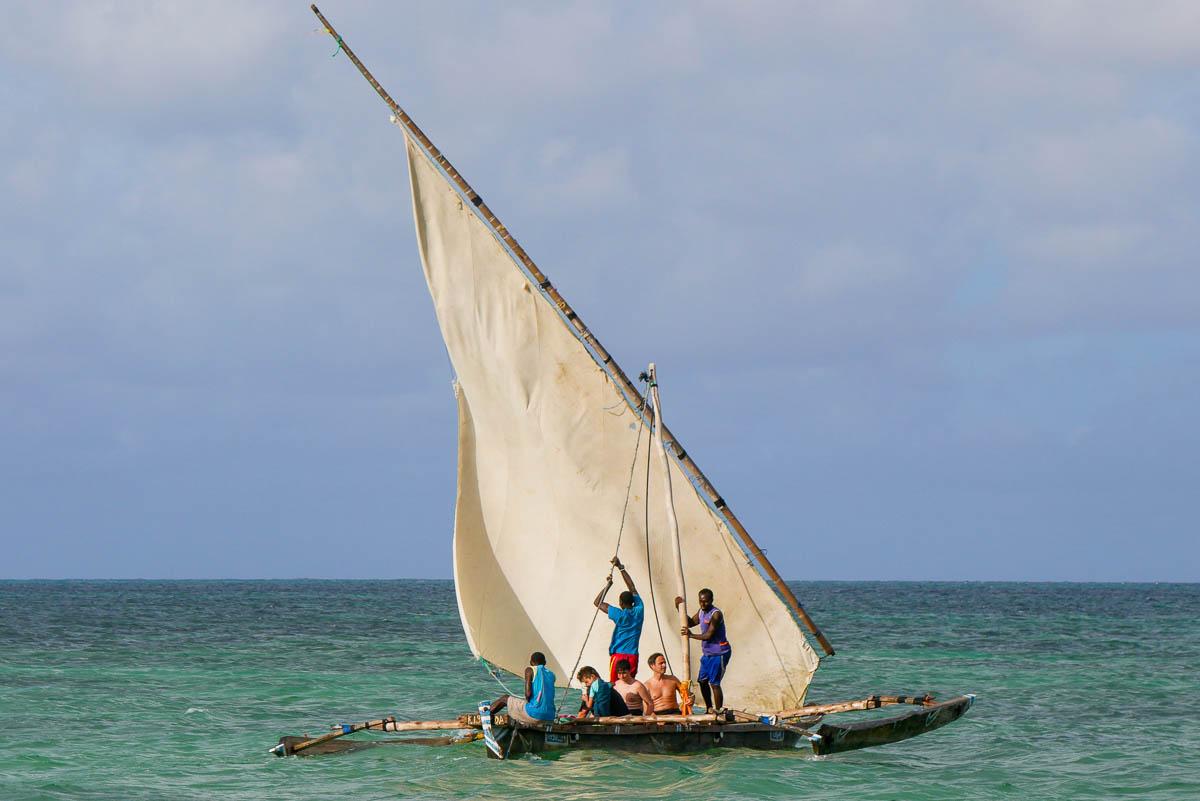 Typowa rybacka łódź na Zanzibarze