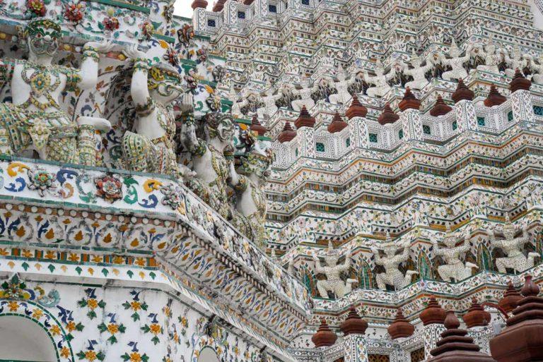 Drobna mozaika wyłożona muszlami i kawałkami porcelany