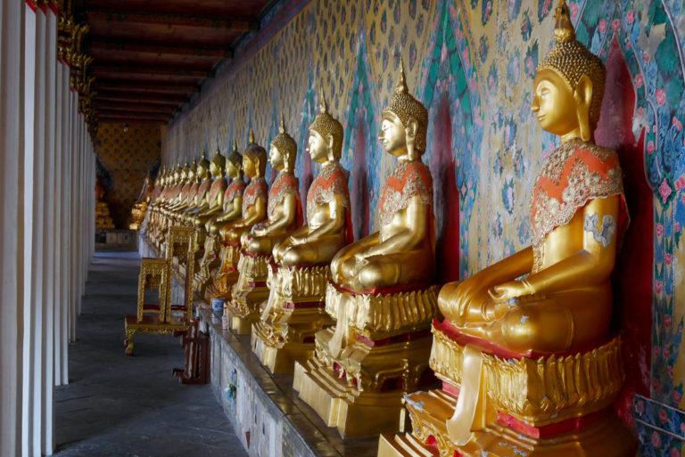 Rzeźby Buddy na dziedzińcu wokół Ubosot