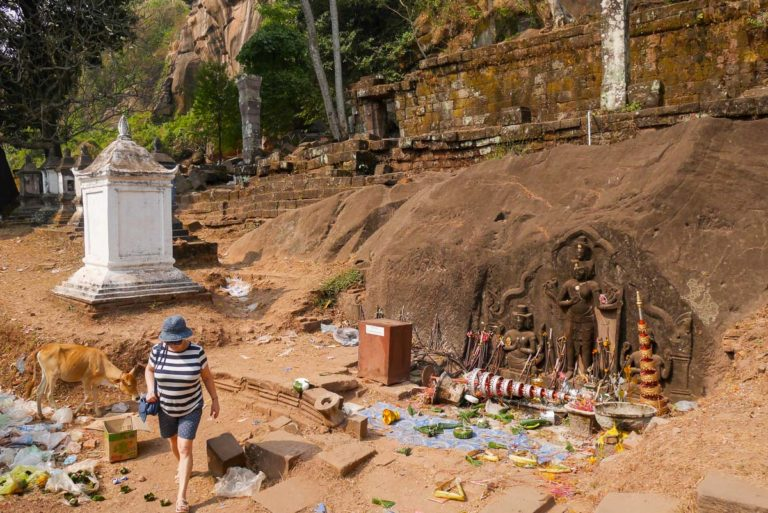 Siódmy poziom Wat Phou, po lewej rzeźby: Wisznu, Śiwa i Brahma