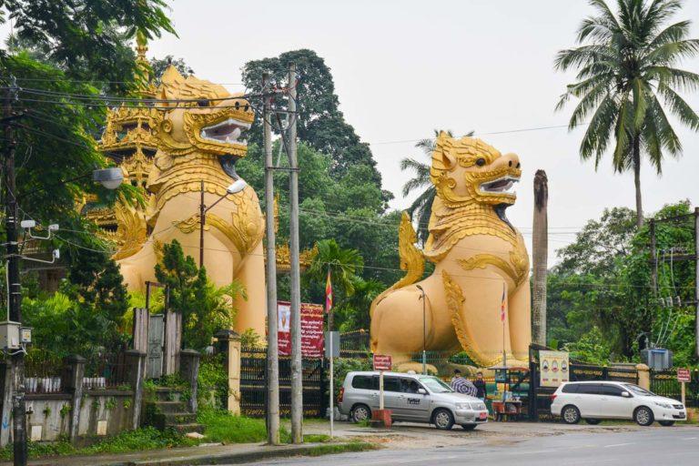 Chinthe przed pagodą Ngar Htat Gyi w Rangun