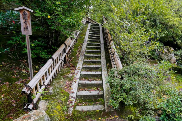 Poręcz schodów zrobiona z bambusa