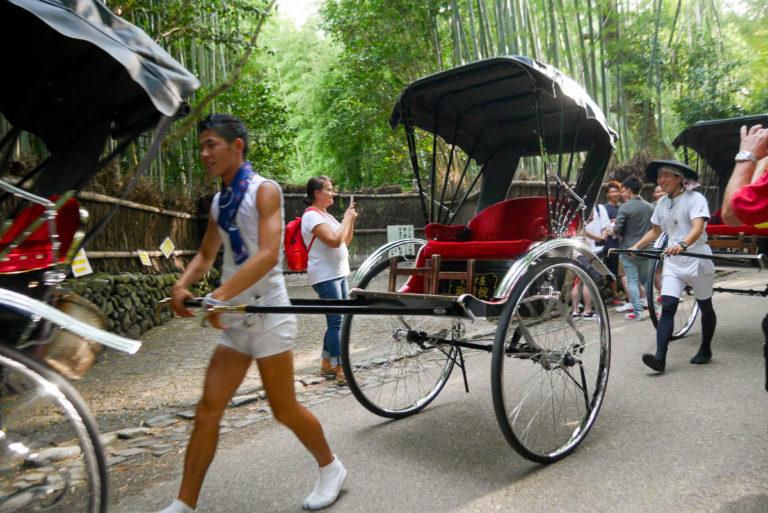 W dzielnicy Arashiyama można pojeździć rykszą