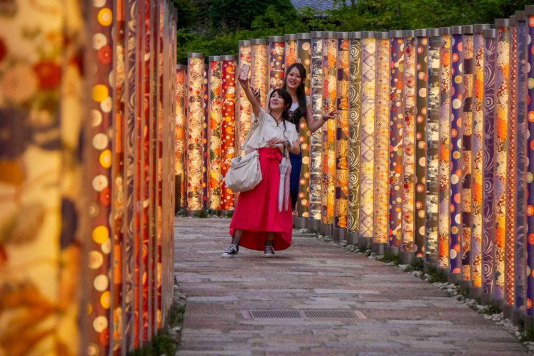 Las kimon przy dworcu kolejowym Arashiyama