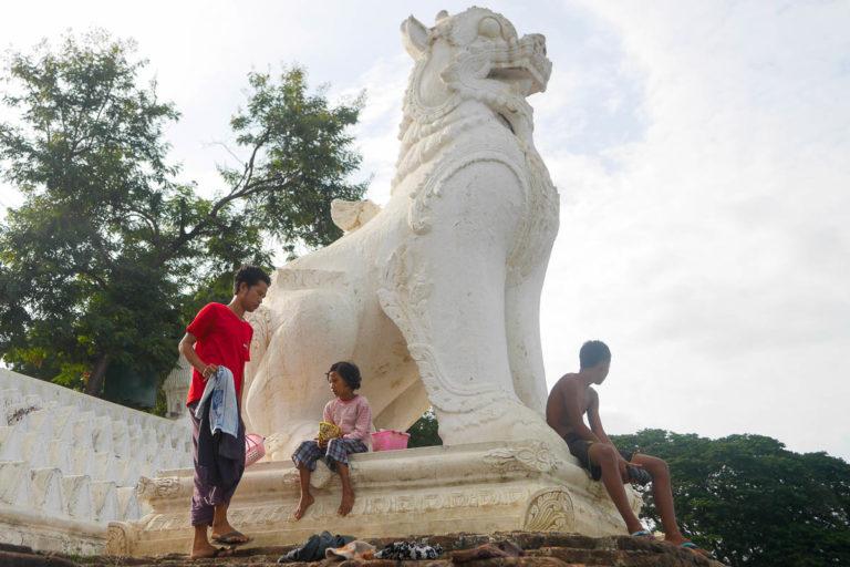 Dzieci skaczą do wody - Mingun