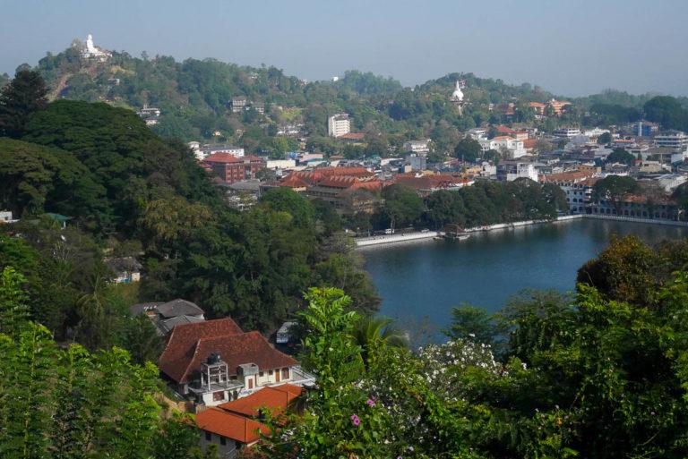 Jezioro Kandy i rzeźba Buddy na wzgórzu (po lewej). Nasza wycieczka na Sri Lankę