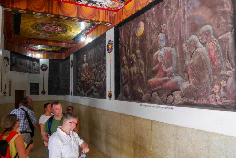 Sale wewnątrz posągu z obrazami przedstawiającymi życie Buddy