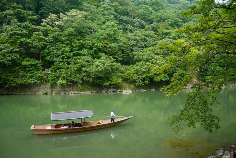 Rzeka Hozu przepływająca przez dzielnicę Arashiyama w Kioto