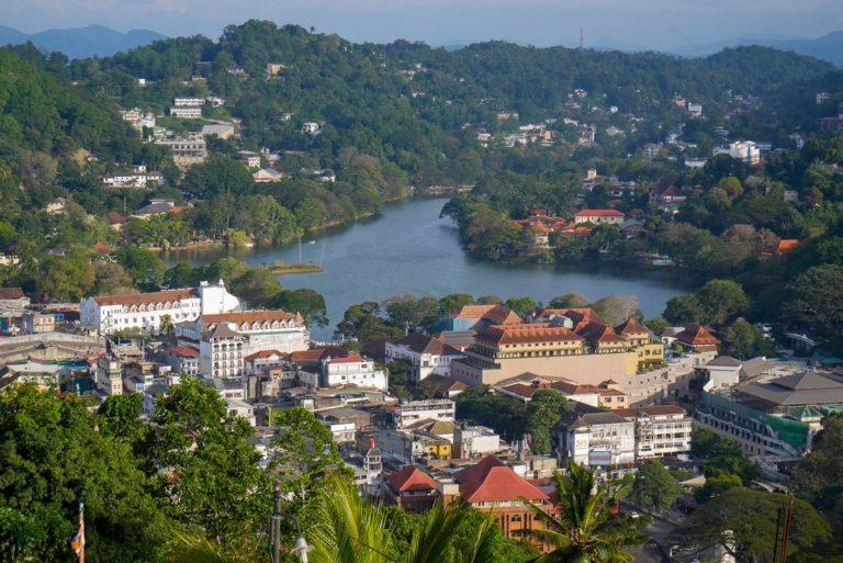 Kandy otoczone zielonymi wzgórzami - obowiązkowe miejsce na wycieczkę na Sri Lankę