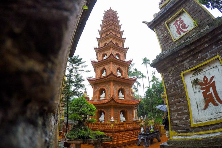 11-poziomowa wieża z figurkami Buddy