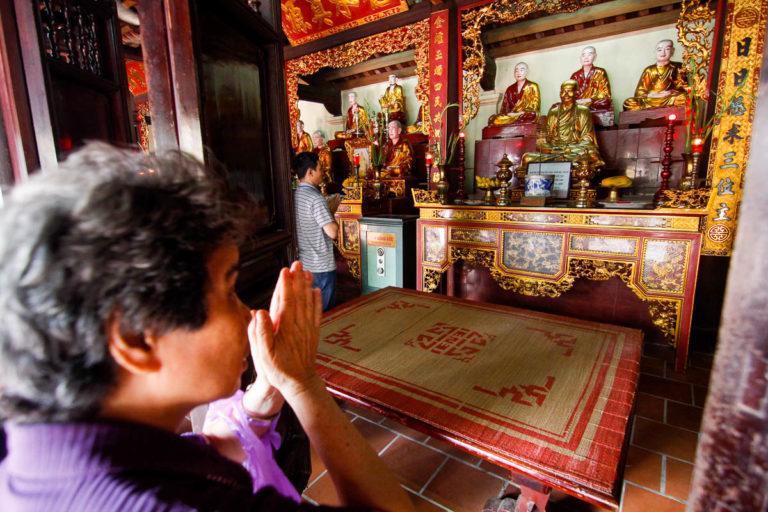 Modlitwa przed rzeźbami