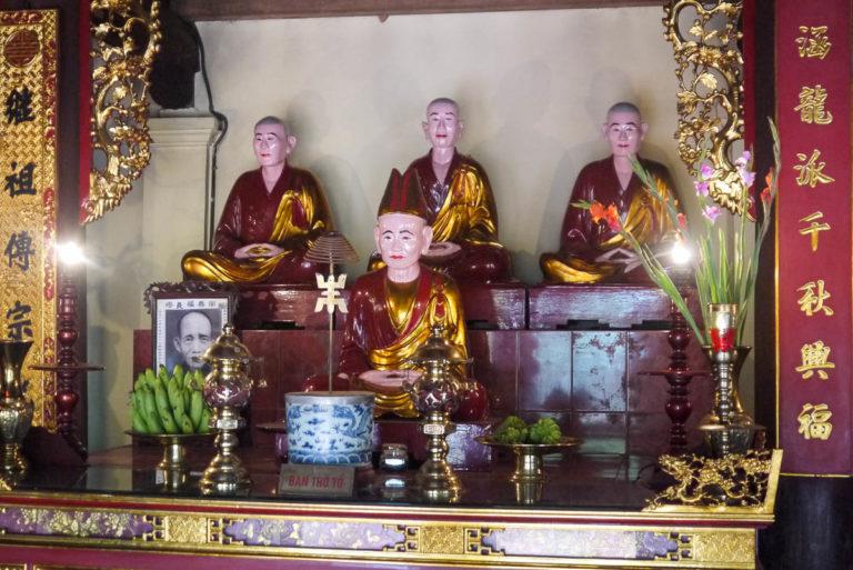 Rzeźby zasłużonych mnichów buddyjskich w Tran Quoc